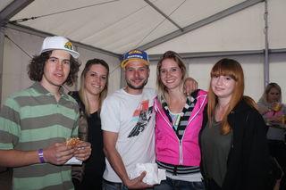 Der Speedway Staatsmeister Daniel Gappmaier war auch bei der After Race Party dabei. Hier mit Claudia, Peter, Tanja und Evelyn.