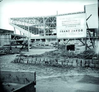Der Bau der Wiener Stadthalle im Jahr 1957.
