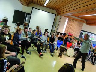 Hannes Urdl mit den SchülerInnen der 3. Klassen der NMS Pischelsdorf in Aktion.