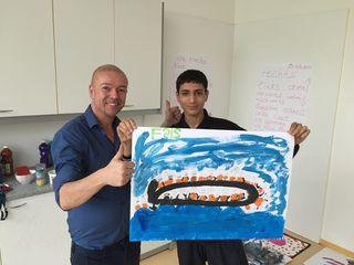 Hausleiter Christian Kari beteiligte sich gemeinsam mit seinen Schützlingen am Kunstprojekt.