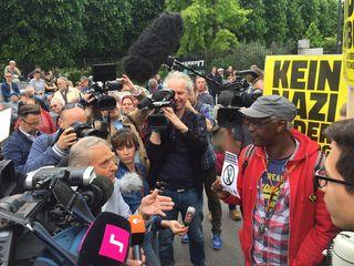 Heldenplatz: Erste Konfrontationen bei der Demonstration gegen FPÖ-Kandidat Norbert Hofer.