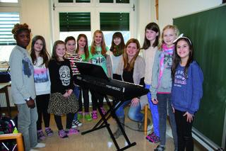 Die Gruppe Chorgesang mit Simone Kopmajer an der NMS Pischelsdorf.