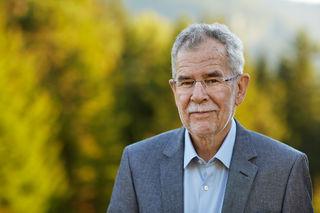 Alexander Van der Bellen wird am 8. Juli als neuer Bundespräsident von Österreich angelobt und kann somit das EM-Finale schon in der Hofburg anschauen.