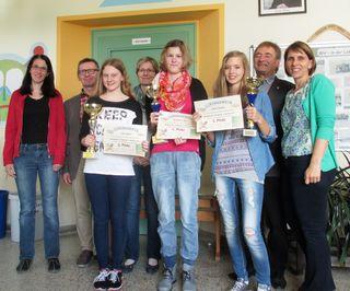 Die drei Siegerinnen Magdalena Lager, Leah Sykora und Jasmin Steiner der Mathematik-Olympiade dürfen mit Stolz posieren.