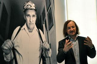 """Geburtstagsschau. Kuratur der Jubiläumsschau, einer Retrospektive des Werks des Ausnahmekünstlers Johann Hauser, ist der künstlerische Direktor des """"museum gugging"""", Johann Feilacher."""