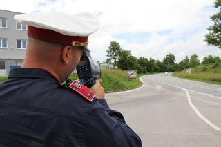 Bei der Ortseinfahrt in Fischamend herrscht gute Disziplin bei den Lenkern. Ständige Radarkontrollen zeigen Wirkung.