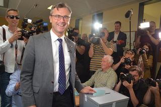 Da war die Welt noch in Ordnung: Norbert Hofer bei der Stimmabgabe bei der Stichwahl.
