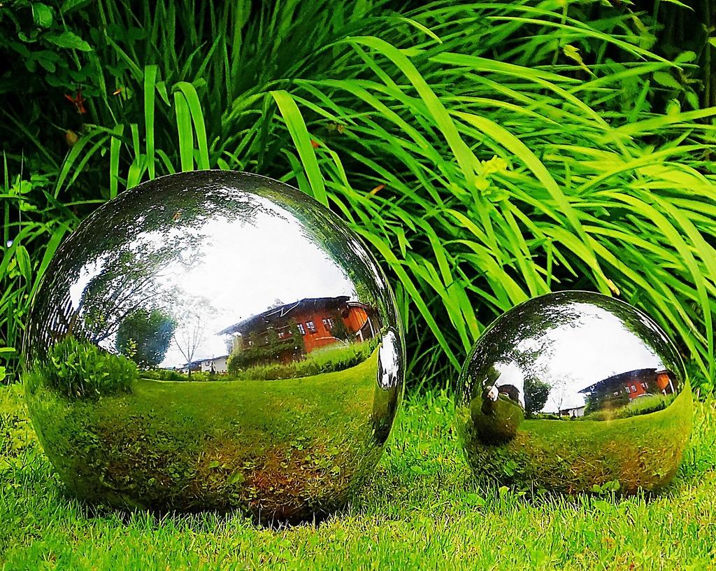 Spiegelung In Garten Metallkugeln Kufstein