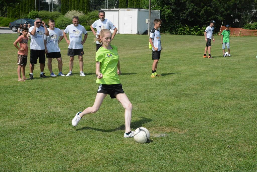 Ein Team das auch aus Damen bestand spielte beim ersten 7- Meter Turnier der FPÖ Sinabelkirchen am Fußball Trainingsplatz mit.