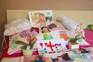 Eine Gedenkstätte im Bett ihrer verstorbenen Mutter hilft den Kindern, die schwerste Zeit ihres Lebens zu bewältigen.