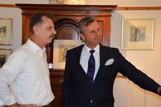 Präsidentschaftskandidat Norbert Hofer hat vor dem FPÖ-Grillfest die Galerie des Andorfer Malers Odin Wiesinger besucht.