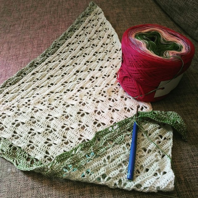 Neu angenadelt: Tuch mit Schmetterlingsmuster