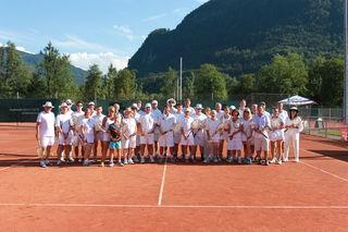 In weißem Gewand und mit Holzschlägern ausgerüstet stellten sich knapp 40 Tennisspieler dem nostalgischen Tennisvergnügen.