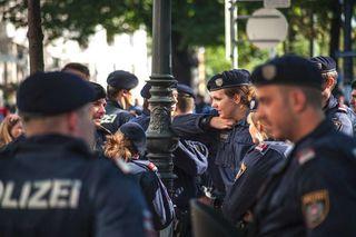 """Zwölf Polizisten versehen in den größten Wiener Flüchtlingsheimen Dienst als """"Kontaktbeamte"""" – etwa in Erdberg und Liesing."""