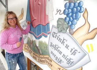 Kunst- und Dekorationsmalerin Andrea Maria Planötscher aus Bad Häring stellte die Malerei von 1953 anhand alter Fotos wieder her.