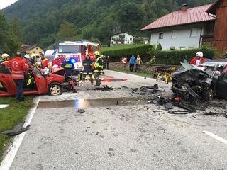 Zwei Personen mussten nach dem Unfall mit hydraulischen Bergegeräten aus dem Auto befreit werden.