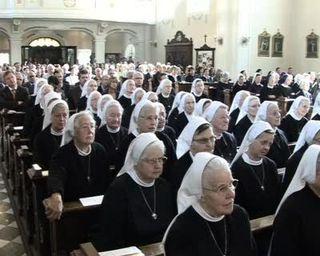 Der Ordensschleier der Barmherzigen Schwestern von Zams - festliches Zeichen und Signal für den Dienst in der Nachfolge Christi - hält dem unpassenden Vergleich mit der islamischen Burka und dem politischen Wind dazu leicht stand.