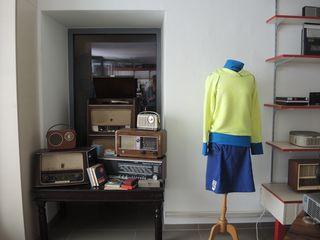 Alte Radios harmonieren perfekt mit den kreativen Kleidern von Marie Lenoble