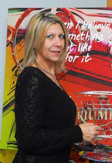 Die Künstlerin Lisa Grabner engagiert sich oft und gerne bei sozialen Projekten.