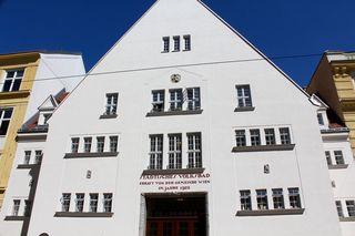 Schmuckstück, aber nur noch Kulisse: Hinter der schön renovierten Fassade des denkmalgeschützten Gebäudes aus den 1920ern befindet sich jetzt ein Wohnhaus
