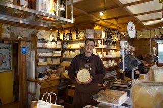 Das Käseland mit Verkäufer Laurenz Scholz ist nicht mehr vom Naschmarkt weg zudenken.