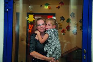 Mama Nicole Brunnhuber und die sechsjährige Tochter Xenia vor dem Beratungs-Zentrum.