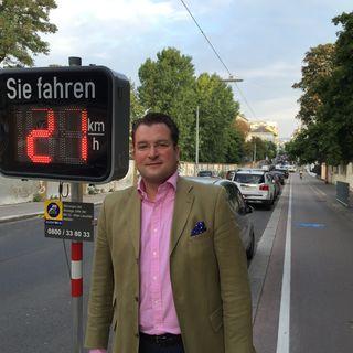Johannes Pasquali von der ÖVP-Wieden vor der mobilen Messanlage in der Argentinierstraße. Derzeit wird nur das Tempo der Autofahrer gemessen.