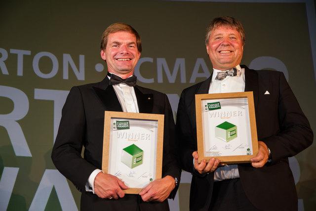 V.l.n.r.: Klaus Hockl, Geschäftsführer der CARDBOX Packaging Holding GmbH, und Öystein Aksnes, Vice President Segment Head General Packaging and Food Service Board bei Stora Enso, mit dem ECMA Award 2016 in Nizza.
