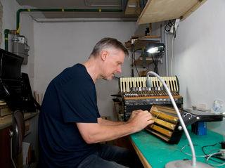 In seiner Werkstatt ist Rudolf Kamleitner in seinem Element. Kontakt: akkordeonservice@aon.at oder 0664/736 17 668.