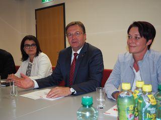 Günther Platter will den Fernpass-Scheiteltunnel schnellstmöglich verwirklichen. Elisabeth Pfurtscheller (li) und Sonja Ledl-Rossmann haben mit der von ihnen und der Wirtschaft des Oberlandes erarbeiteten Resolution die Vorarbeit für diese Entscheidung geleistet.