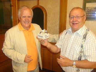 """Obmann Karl-Heinz Raithofer (l.) überreicht Wolfgang Schnedl den """"Spassvogel"""" als Auszeichnung für 25 Jahre Spass mit der Kabarettgruppe """"Die Waaserl""""."""