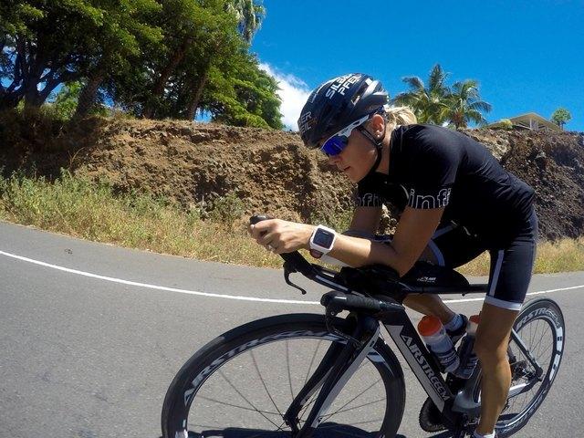 Die Halleinerin Michaela Herlbauer testet die WM-Strecke auf Hawaii.
