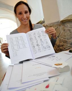 """""""Die existierenden Lernunterlagen gingen am Alltag und an den Bedürfnissen der Flüchtlinge völlig vorbei"""", so Stephanie Schmid. Diese Lücke füllen mittlerweile ihre Lernunterlagen in fünf Levels inklusive Leseheften und Audio-Material."""