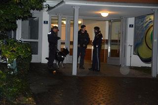 Polizeibeamte und Spürhunde am Tatort in Wörgl