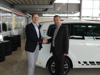 Geschäftsführer Christian Harb von Seat Harb nahm freudig die Trophäe von Chefredakteur Andreas Übelbacher entgegen.