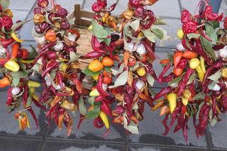 """Am Bauernmarkt gibt es ein buntes Treiben sowie ein großes Angebot von """"scharfen"""" Gemüse und Früchten."""