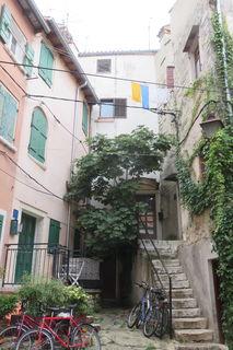 Schön renovierte, mittelalterliche Häuser mit den dazugehörenden Treppen werden gerne belebt.