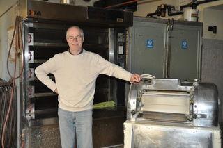 Bäcker- und Konditormeister Hanno Schober in seiner Backstube. Hier wird kein Brot mehr gebacken, der Ofen bleibt kalt