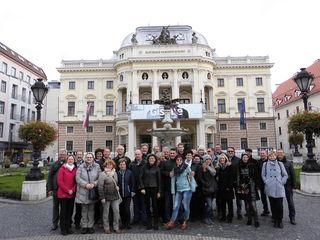 Die Belegschaft der Fa. Schwarz, samt PartnerInnen, vor dem alten slowakischen Nationaltheater in Bratislava.