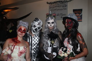 Horrorbräute, lustiger Gruselclown und Skelettlady zogen bei der Halloween-Party im Plan-B die Blicke auf sich.