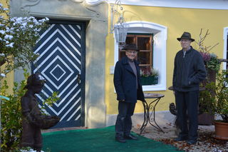 Michael Stabauer, Obmann Innviertler Kulturkreis mit Wilhelm Irran vor dessen Lebenswerk - dem alten Pfarrhof in Roßbach.