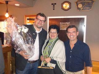 Zur Eröffnung des Winzerhofes stellte sich Bgm. Ursula Malli mit einem Blumengruß bei Johannes und Christian Sinemus ein.