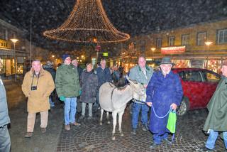 Mit dem Esel geht es entlang des Krippenpfades durch die Feldkirchner Innenstadt. Ein Erlebnis für alle Beteiligten
