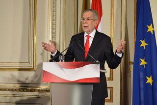 Vor der Europafahne gibt Alexander Van der Bellen seine erste Pressekonferenz nach der Stichwahl.