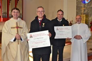 Pfarrer Rainer Hangler und Pastoralassistent Franz Reinhartshuber mit den beiden Geehrten, Bgm. Josef Dillersberger und Martin Kaindl.