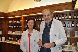 Die Pharmazeuten Elisabeth und Albert Gaskin führen die Salvator Apotheke am Hauptplatz in Feldkirchen. Am 24. Dezember haben sie Dienst