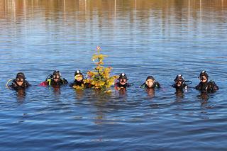 Die Taucherstaffel des Bereichsfeuerwehrverbands versenkte einen Weihnachtsbaum im Pibersteiner See.