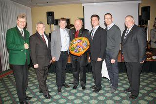 Bürgermeisterkollegen gratulieren  Anton Scherbinek (Bildmitte) zum 60. Geburtstag