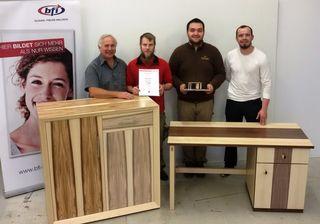 Emanuel Schneider und Steven Mihalovits haben die Facharbeiter-Intensivausbildung als Zimmerer abgeschlossen.