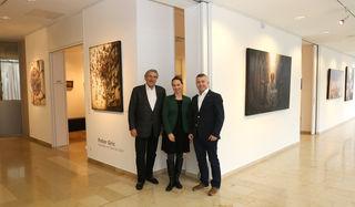 Christian Trierenberg mit Galerieleiterin Alexandra Wolf und Bürgermeister Rudolf Scharinger (v.li.).